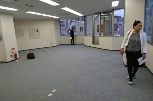 現在の名駅店にあたる鈴木ビル内覧時。ここは8階です!