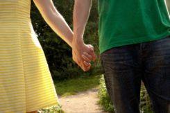 手を繋ぐ仲良し夫婦になるために