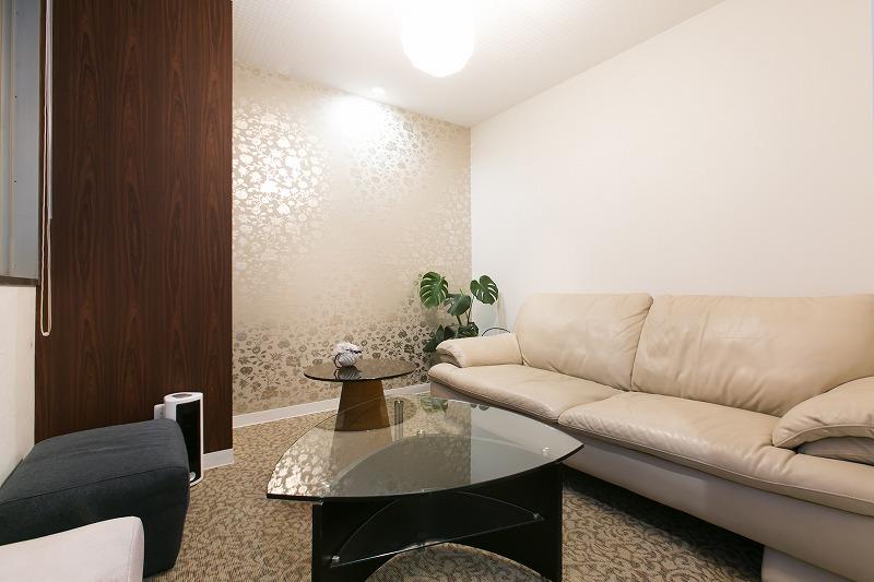 名駅店8階応接室です※現在はソファが新しくなっています。